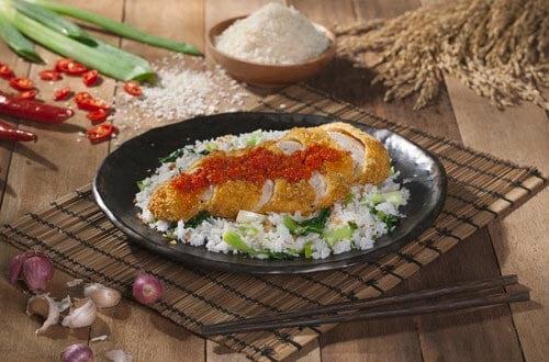 Ayam katsu balado disajikan dengan nasi