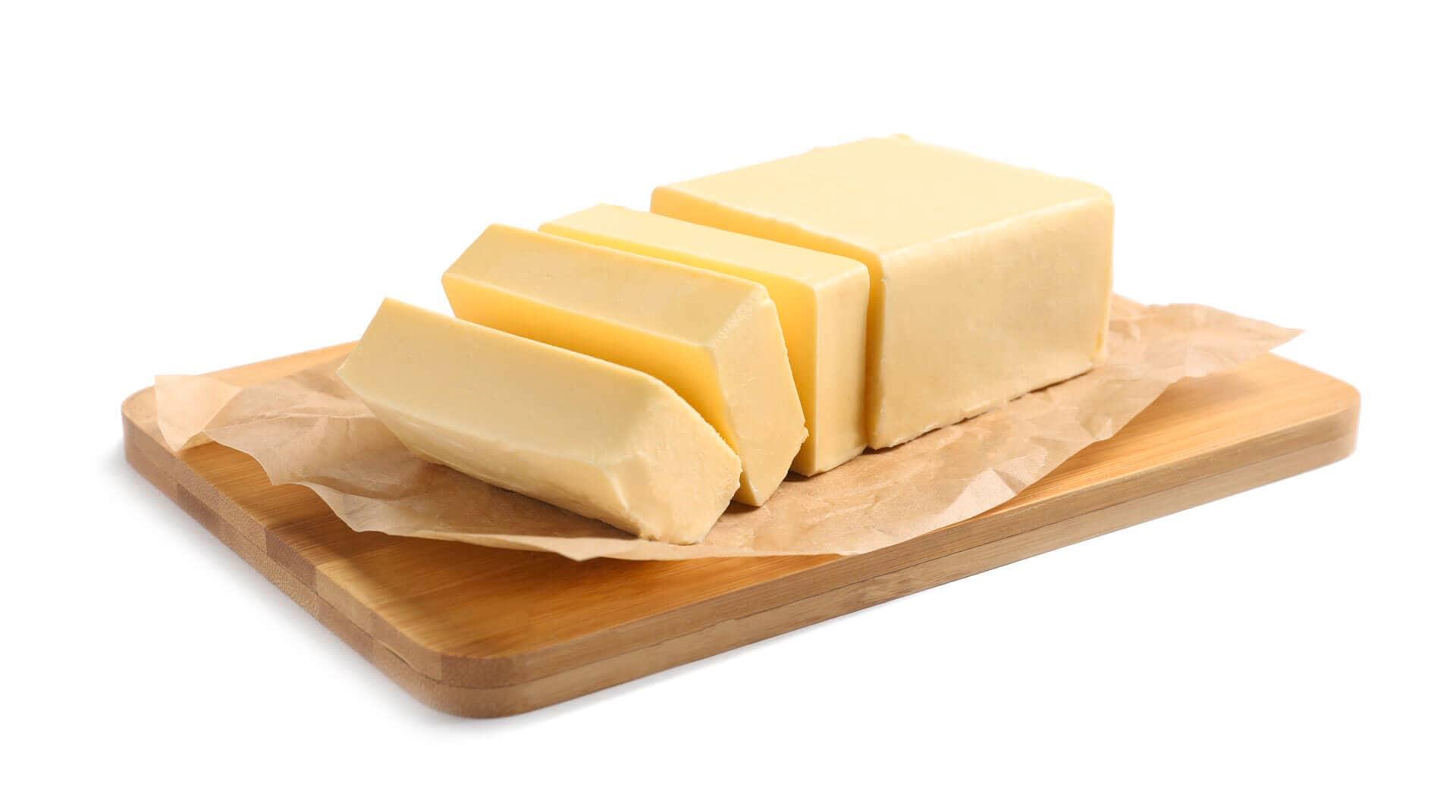 Satu blok mentega dipotong-potong dan diletakkan di atas talenan