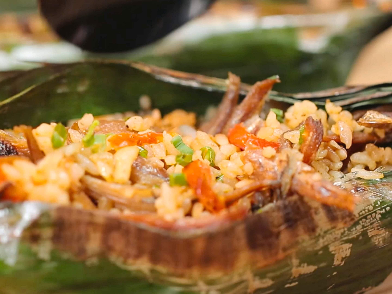 Foto close up nasi bakar rendang