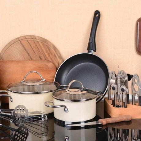 Berbagai peralatan dapur di atas meja mulai dari panci, wajan, hingga sendok garpu