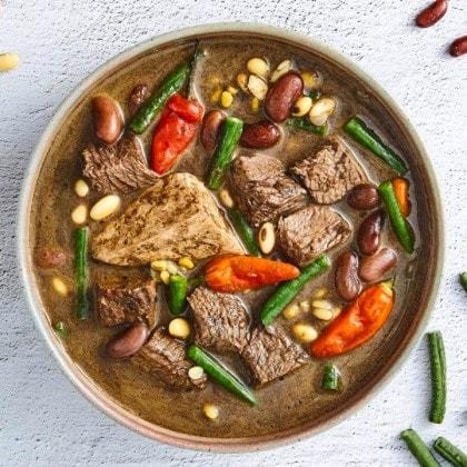 brongkos daging sapi dengan kacang panjang, kacang merah, kacang kedelai, tahu, dan cabai rawit